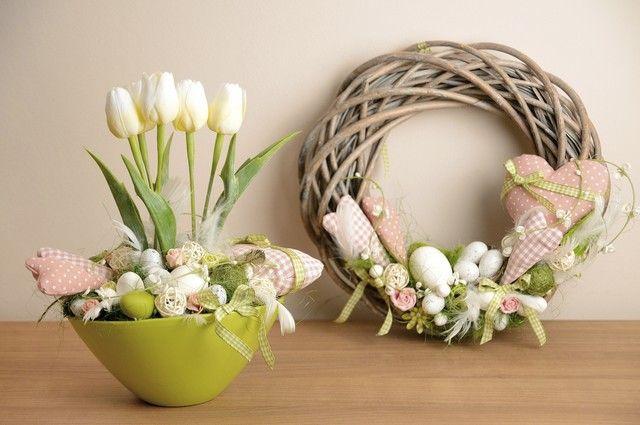 une couronne de Pâque originale et un arrangement de tulipes