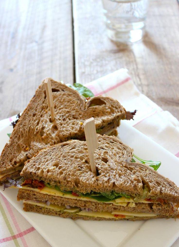 Sandwich met kaas, rucola, rode ui en zongedroogde tomaatjes