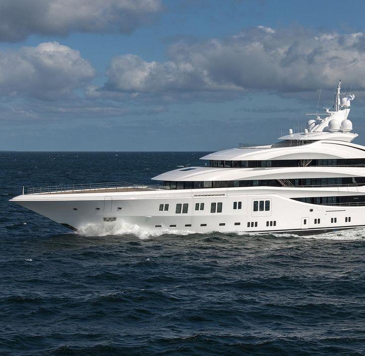 Пока верфь Luerssen рассылает сообщение о спуске на воду новейшей сто-с-лишним-метровой Mistral Пальму-де-Майорку будоражит присутствие другой Luerssen - 92-метровой Lady Lara. Передана владельцу меньше года назад. Пришвартована в Club de Mar. @luerssenyachts #luerssen #superyacht #mallorca by d_for_debarcadere