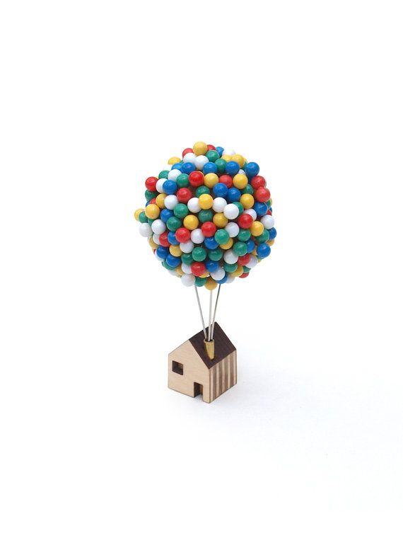 Si vous avez besoin de pin up une pin up ou de supprimer une épingle sur une carte, la maison de Pin ballon propose un lieu enchanteur pour stocker vos épingles carte ou tableau d'affichage.  300 broches individuelles flottent au-dessus un minuscule sur le toit dans un cluster de ballon miniature.  Organiser vos ballons en appuyant simplement sur chaque broche dans à un noyau de boule de Liège massif. Chaque boule est solidement monté sur trois broches en acier robustes qui dépassent d'une…