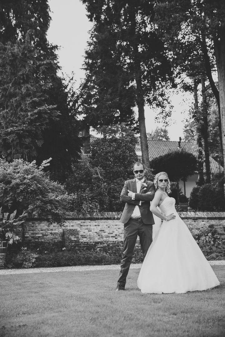 Couple posing on their wedding, acting rough and cool / stoere pose van bruidspaar met zonnebrillen in tuin op hun bruiloft. Made by me / Gemaakt door mij: www.fotozee.nl Ik ben graag jullie trouwfotograaf! photography trouwfoto's trouwfotografie bruidsfotografie