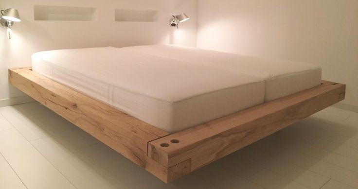 Zwevend bed gemaakt van rustiek eiken balken.