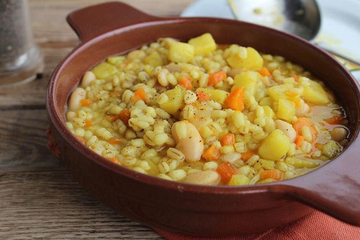 Zuppa di cannellini, orzo e patate allo zafferano