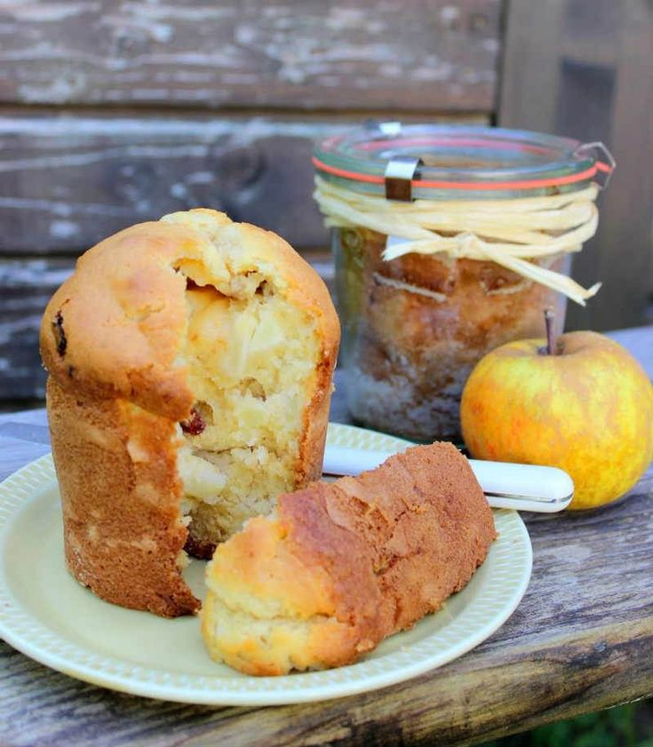 Cam Kavanozda Elmalı Kek  -  Nesrin  Kismar #yemekmutfak.com İnternette bir reklam kampanyası için benden kavanozda kek yapmamı istediklerinde hiç düşünmeden kabul ettim. Almanların cam kavanozda kek pişirdiklerini biliyordum, fakat daha önce hiç denememiştim. Gerekli birkaç kavanozu edindikten sonra her zaman yaptığım kek hamurundan çırpıp şişelere doldurdum ve fırında pişirdim. Harika oldu, en çok da keklerin kavanoza hiç yapışmadan çıkması hoşuma gitti.