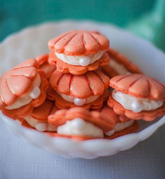 ostras de culce con una pequeña perla en medio puestas sobre un recipiente en forma de concha