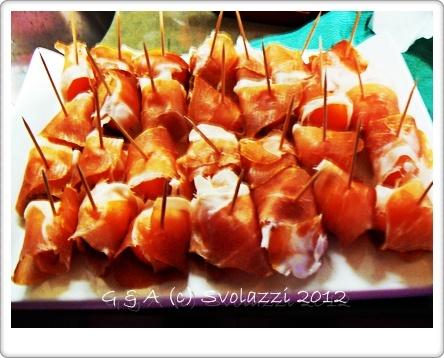 a melon finger food! http://www.svolazzi.it/2012/07/un-prosciutto-e-melone-diverso.html