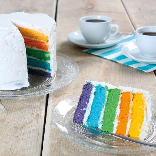 Deze vrolijke regenboogtaart in verschillende kleuren maak je eenvoudig met de FunCakes mix voor biscuit. Stapel de verschillende lagen biscuit met daartussen een laagje overheerlijke botercrème.
