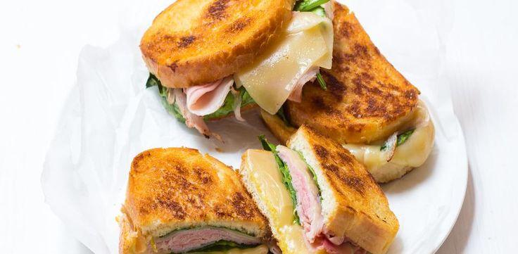 Domácí sendvič se šunkou, sýrem a špenátem