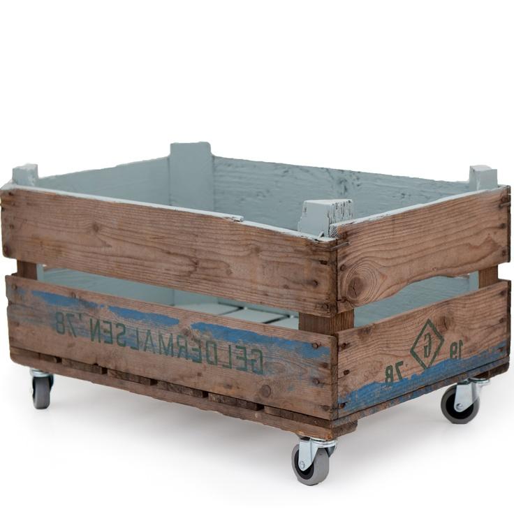 Opbergbak (schilderen en binnenin bedekken met stof?), onderaan gewoon een losse plaat met wieltjes onder om te verplaatsen zodat je bakken kan stapelen