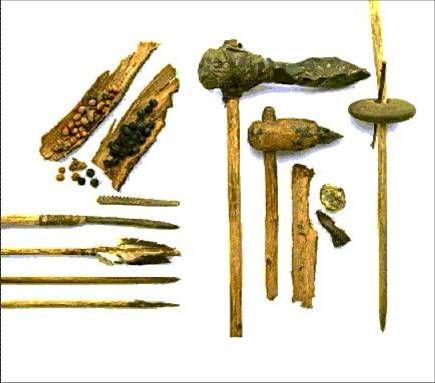 hier zie je de wapens die bij de jacht gebruikt werden. De jacht was een bestaansmiddel en hoort bij de ECONOMIE