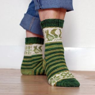 The Squirrel Socks by Pinneguri are knit in a 4ply fingering yarn and offered as a FREE pattern download via Ravelry ........ however, if you would like to make a little donation to alzheimers research UK they would be very grateful.
