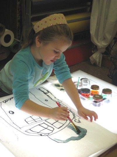 Pintant amb aquarel·les sobre la taula de llum.