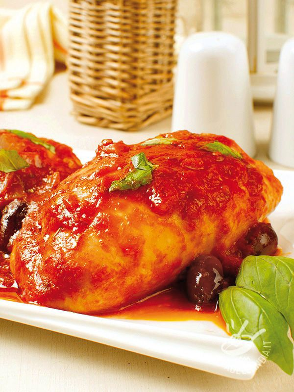 Gli Involtini di pollo alla pizzaiola sono un secondo gustoso e facile da preparare, con un cuore filante e goloso. Vi conquisteranno sicuramente!