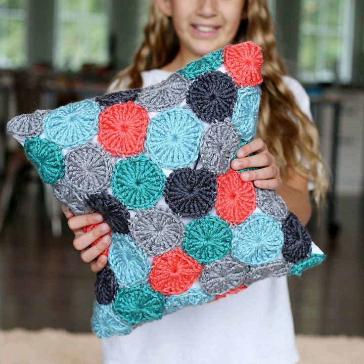 Crocheted Yo-Yo Pillow (FREE pattern!)... and giveaway... - Sugar Bee Crafts