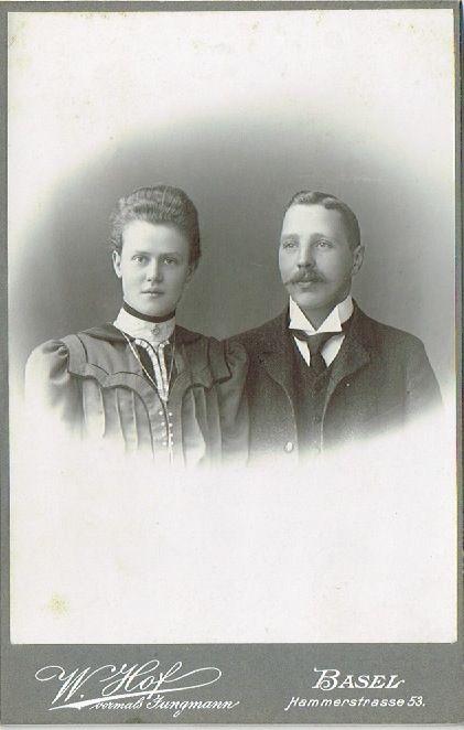 Familienfoto mit Sonntagskleidung um 1890. W. Hof vormals Jungmann. Basel, Hammerstrasse 53