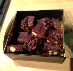 Suite à un cours de cuisine thermomix, j'ai eu l'occasion de goûter ces petits carrés de chocolat croquants au bon goût de pistache, d'orange et d'amande. Idéal au moment des fêtes, pour offrir dans une jolie boite (comme moi) ou tout simplement à déguster...