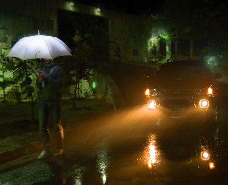 LightDrops by Sang-Kyun Park. Paraply. Når energien fra regndråper slår mot paraplyens ledende membran (PDVF) tranformeres det til elektrisk energi, med strømtilførsel og innebygde lysdioder, gir det paraplyen lys.