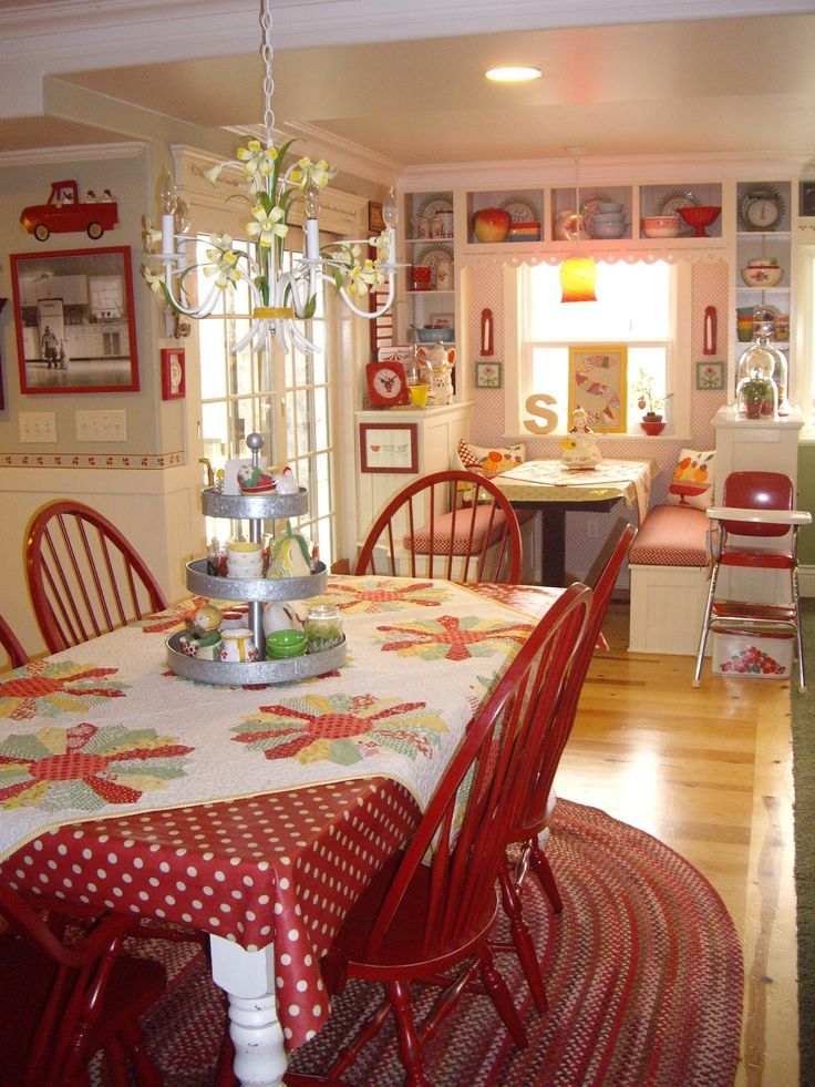 One of the most cheerful kitchens I've seen. Love all the extra storage around the windows.Home & Garden : La maison de Joy. The blog is is French but it can be translated, if you'd like