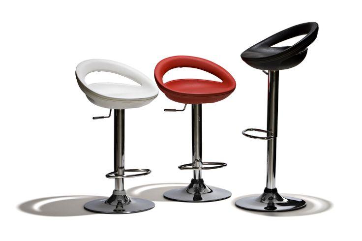 Oregon - Barstol i konstläder med sömmar i off-white. Underrede och fotstöd i kromat stål. Höj och sänkbar.