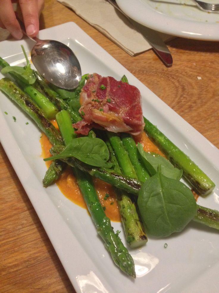 Espárragos trigueros a la plancha con salsa Romesco y ravioli de jamón serrano relleno de una yema de huevo de @cadelosantander