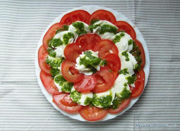 Ensalada caprese con salsa pesto #Ensaladas #RecetasdeCocina #RecetasFáciles #ComidaSana #Mozzarella #Pesto