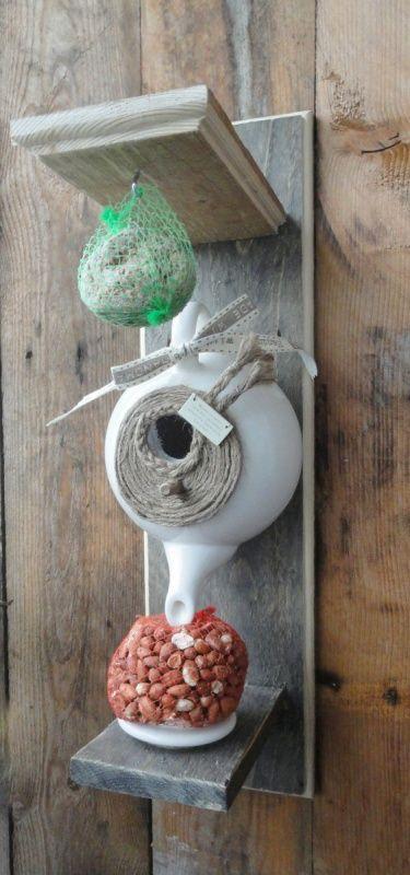 Handgemaakte Birdhouse Teapot  Vul de theepot met wat draadjes wol, of de pluizen uit de pluizenfilter van de wasdroger, en creëer zo een warm nestje voor de kleine, gevleugelde vriendjes in de tuin of op het balkon!