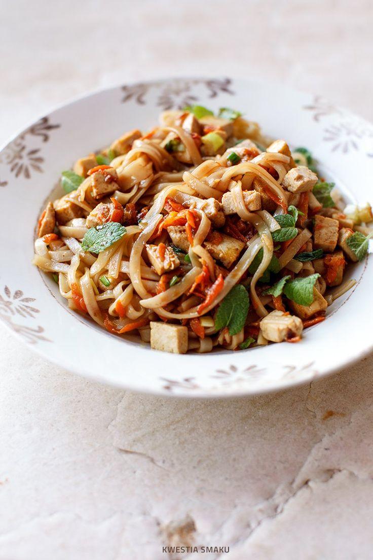 Makaron ryżowy smażony z marchewką, imbirem i tofu
