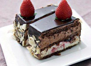 Σοκολατίνες ανάμικτες με κρέμα σοκολάτας και λευκή κρέμα φράουλας. Υλικά: Για το παντεσπάνι: 1 1/2 φλιτζ. αλεύρι 1 1/2 φλιτζ. ζάχαρη...