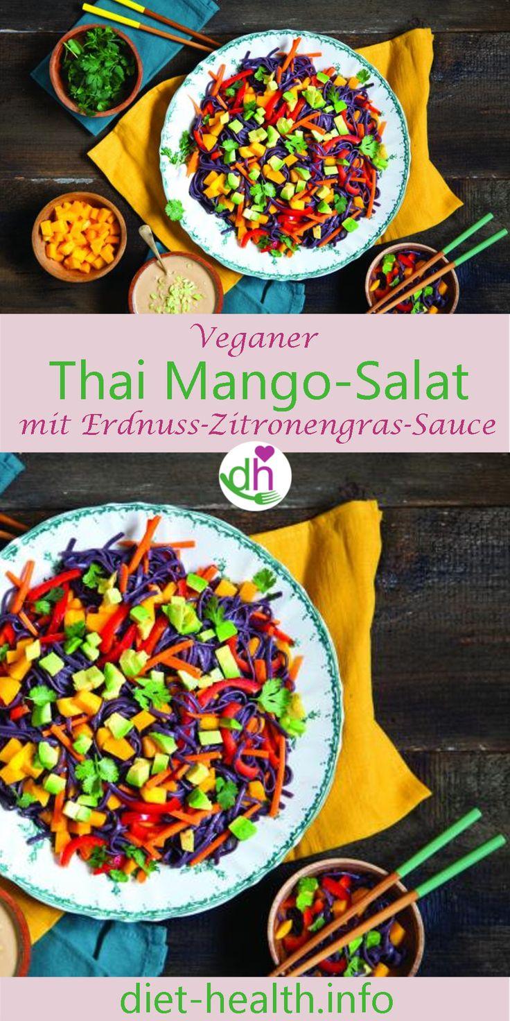 Der Thai Mango-Salat mit Erdnussbutter-Zitronengras-Sauce ist wunderbar erfrischend sowie sättigend zugleich und mit schwarzen Reisnudeln zubereitet, ein optischer Hingucker! Alternativ eignet sich das Rezept als Verwendungsmöglichkeit für übrige Nudeln! #vegan
