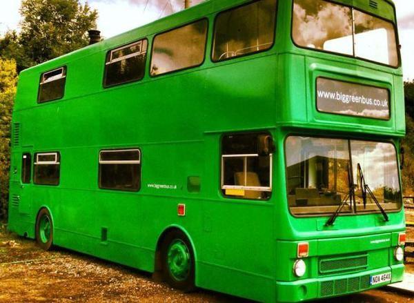 Adam Collier-Woods a fait une bonne affaire sur eBay et créé un lieu hors du commun. Ce Britannique a acheté un bus à impériale pour 4500 livres (près de 5500 euros) pour le transformer en hôtel. Après six mois de travaux et un bon coup de peinture, ce bricoleur est prêt à accueillir les premiers clients dans son Big Green Bus, un charmant hôtel en pleine campagne du Sussex.  Avec deux chambres, un coin cuisine et salon, The Big Green Bus peut accueillir jusqu'à six personnes dès avril…