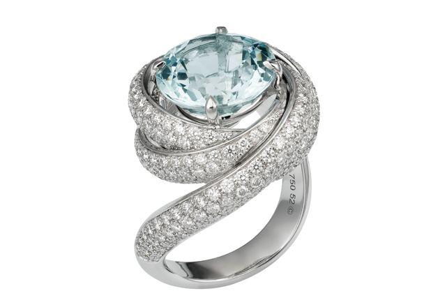 Anel de ouro branco com diamantes e água-marinha, Cartier (preço sob consulta) - Foto: divulgação