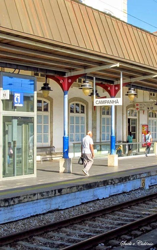 Estação de Comboios Porto Campanhã - Porto  A Estação Ferroviária de Porto - Campanhã é uma interface ferroviária das Linhas do Norte e Minho, situada na Freguesia de Campanhã, e que serve a cidade do Porto, em Portugal. Inaugurada em 1875, assumiu-se, na transição para o Século XX, como um importante núcleo ferroviário, no transporte de mercadorias e passageiros, na gestão ferroviária, e na manutenção de material circulante