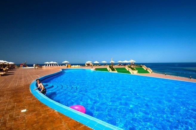 Egitto-Mar Rosso  HURGHADA  LOCALITA' MAKADI BAY: Grande complesso situato a sud di Hurghada in località Makadi. Affacciato sulla splendida baia di Sharm El Arab, sorge in posizione panoramica direttamente di fronte ad un'ampia spiaggia di sabbia bianca, considerata tra le più belle del Mar Rosso.