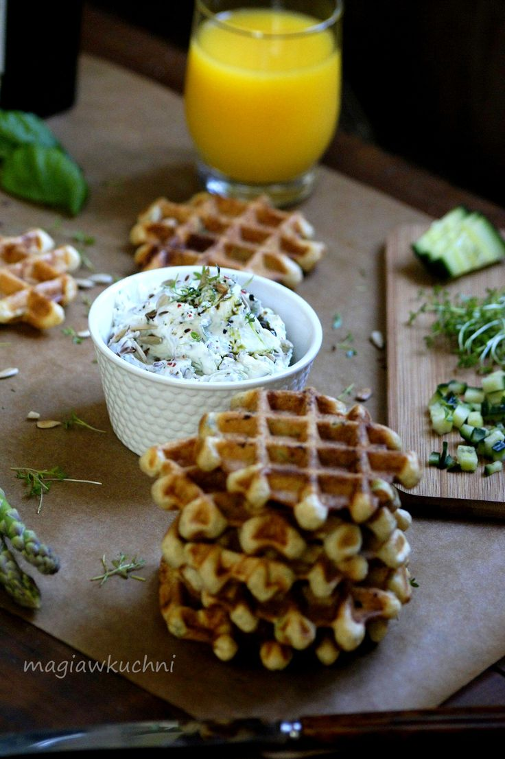 Herbal yeast waffles and cottage cheese. / Ziołowe gofry drożdżowe