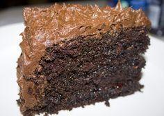 Σούπερ υγρό σοκολατένιο κέϊκ γαρνιρισμένο σε σαντιγί σοκολάτας