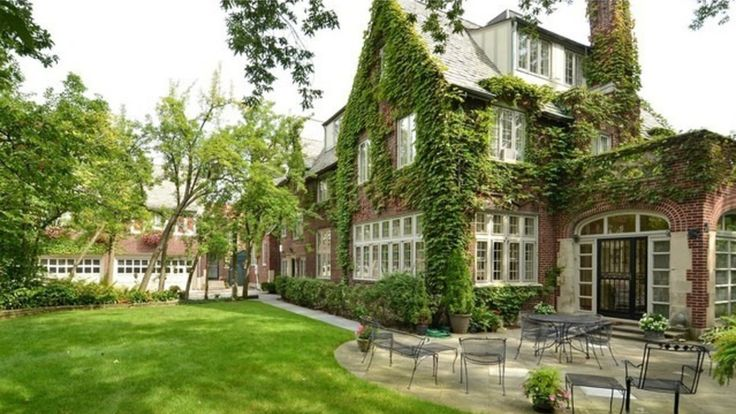 Created by Mayo & Mayo—designers of some of the best known early 20th Century mansions on Chicago's North Shore—this 1927 Tudor revival in Evanston combines a fine architectural pedigree with a desirable location.