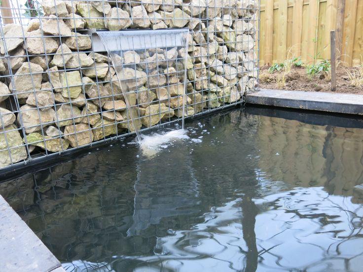 strakke vijver met waterval uit steenkorf