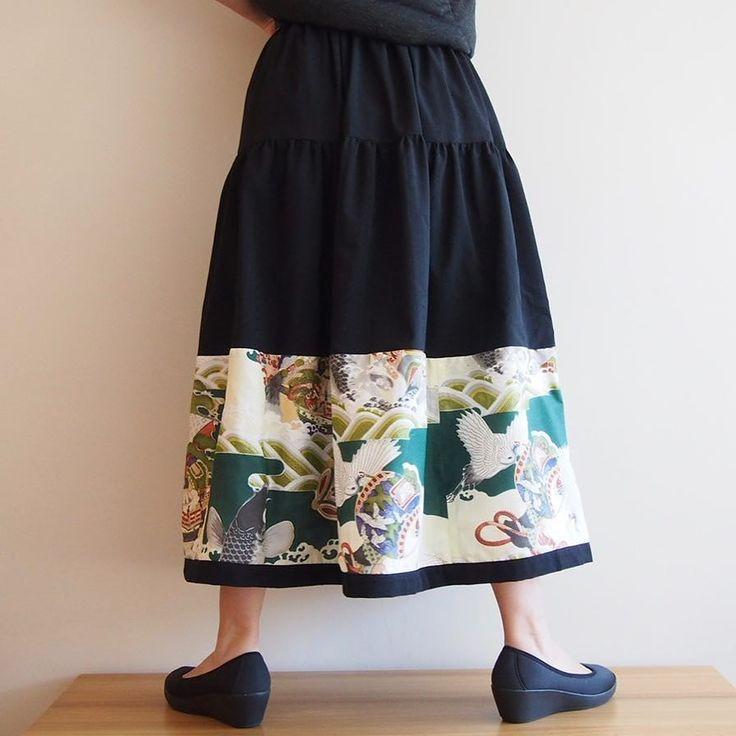 男の子の祝着の反物が手に入ったので同じスカートが34枚出来そうなので受注製作という初の試みです  #kimono #kimonofashion #antiquekimono #vintagekimono #japanesekimono #kimonojacket #kimonocardigan #haori #craftsmanship #Welovecollect #bohostyle #bohochic #rikashioyaboutique #hongkonghandmade 着物 着物リメイク 銘仙 #creema #etsy