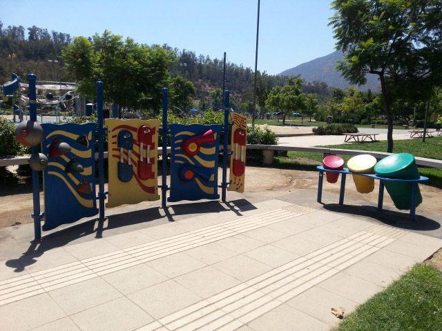 Sector de juegos para niños con necesidades especiales. Parque Bicentenario, Santiago de Chile.