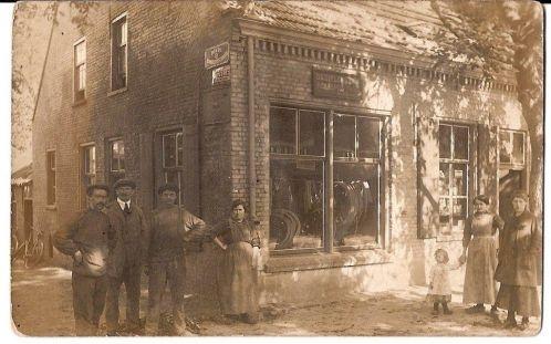 We hebben deze foto  een tijdje terug ook al eens geplaatst, maar omdat het zunne skone prent is, doen we het nog maar een keer. Het is de smederij van smid van Velthoven in de Hoofdstraat, waar jarenlang cafe het Blauw Boerke was gevestigd.