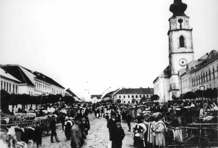 Jarmok na hlavnej ulici vMyjave. Nedatované. Archív Slovenského národného múzea Martin