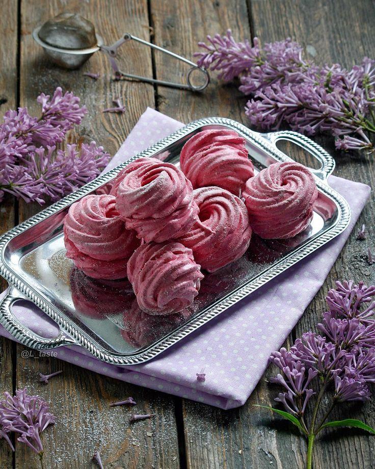 Black Currant Zefir (made of egg white, sugar, berries and agar) __ Зефир из чёрной смородины  Привет! Я подсела на черносмородиновый…