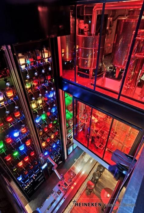 De cocktail-bar van Mr. Mofongo beslaat 3 verdiepingen! Een unieke robotarm 'serveert' de likeurtjes. De bediening toetst een cocktail-nummer in en Armando haalt de betreffende drankjes op uit de metershoge prachtig uitgelichte wand met 56 verschillende glazen kruiken. Er is ook een koffiebranderij en een distilleerderij. Heineken Interieur Design was nauw betrokken bij het ontwerp samen met eigenaar Patrick Beijk. Mr. Mofongo is te vinden in de Oude Boteringestraat 26 te Groningen.