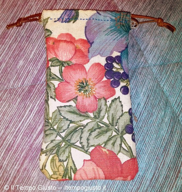 "*IT* Una custodia per telefonino. Cucita a mano con stoffa decorata con una fantasia floreale. Imbottita. Con laccetto in pelle. Cosa ve ne pare? *ENG* A pouch for your mobile. Hand sewn with fabric decorated with a floral pattern. Padded. Leather tab. What do you think of it? *FR* Une enveloppe pour votre mobile. Cousue à main avec un tissu orné d'un motif floral. Rembourré. Onglet en cuir. Qu'en pensez-vous?  - Puoi trovarmi anche su www.iltempogiusto.it, su Facebook (pagina ""Il Tempo…"
