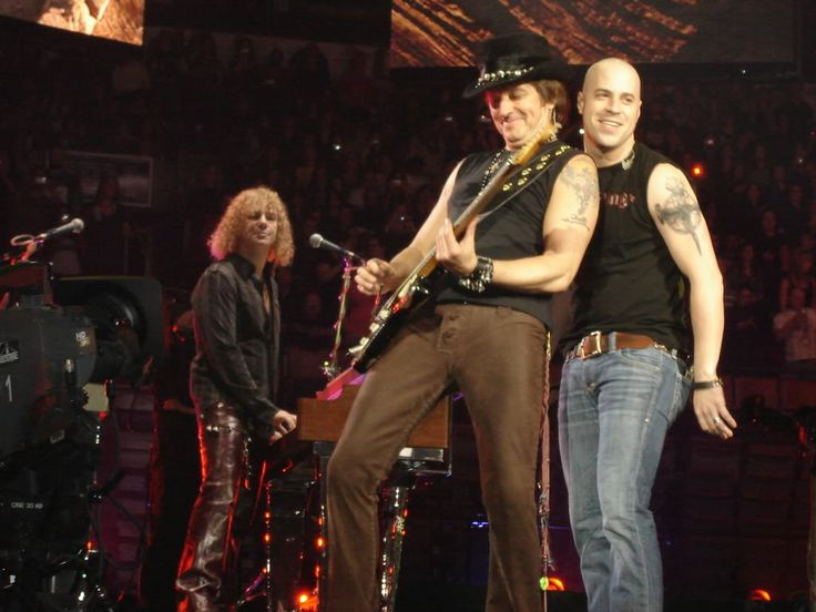 David Bryan & Richie Sambora (formerly) of #bonjovi w/ Chris Daughtry. I love Chris Daughtry's music, probably because it was influenced by my NJ baes. But he is just like Justin Bieber. He showed up 90 min late to his concert, offered no apology or explanation, sang w/ his back to his audience 98% of the show, banned cameras, tickets were several hundred $$ for his 1st headliner, & he didn't play his own singles. He had only released 2 records, so how did he run out of songs?! 😒😬