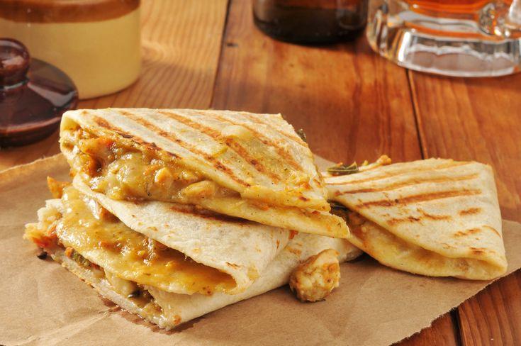 Las quesadillas son un plato perfecto para solucionarnos más de una cena. ¿Qué te parece si esta noche las preparamos de pollo? Quedan muy jugosas porque l