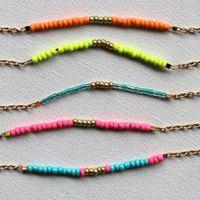 Kijk wat ik gevonden heb op Freubelweb.nl: een gratis werkbeschrijving van Charlotte Walker om armbandjes te maken https://www.freubelweb.nl/freubel-zelf/zelf-maken-met-kralen-4/