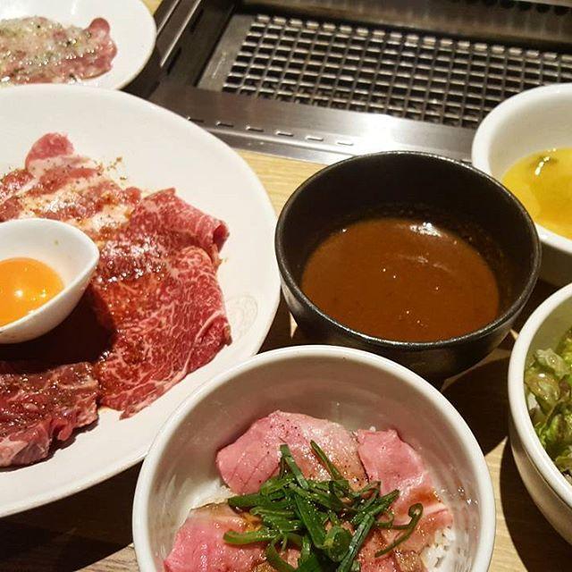 【Kintan】 焼肉ランチといえばKintan❤おしゃれな空間でお手頃に美味しいお肉が食べられます🎵 ・ 神楽坂店はオープンしたばかりとあって少し混んでいました💦 私は上遅得ランチをいただきました❗中でもカレーは具なしにもかかわらずお肉のこくが感じられとても美味しかったです✨ ・ お肉はもちろんのことKintanは日替わりのスープがとても美味しいんです✨今日のスープはポタージュ!野菜の甘味を美味しく頂きました☺ ごはん、スープ、サラダがおかわりし放題というコスパに大満足☺  #Kintan#神楽坂#1500円#肉#肉ランチ#デブ#肉部#meat#🍖#🍗#焼肉#焼肉ランチ#おいしい#🌸#きんたん