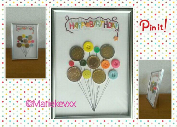 Geld cadeau: fotolijstje, knopen en sticker van de Action. Inspiratie opgedaan op pinterest, zelf gemaakt.