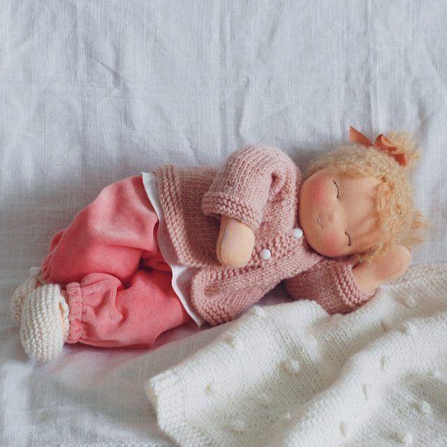 """Сладких снов подарит малышка теплых эмоций и нежных чувств Куколка свободна❗ Вязаное одеялко """"в горох"""" молочного цвета идет в комплекте #waldorfdoll #steinerdoll #waldorfpuppe #waldorf #waldorfinspired #вальдорфскаякукла #кукла #dollmaker #doll #handmadedolls #handmade #хендмейд #хэндмэйд #текстильнаякукла #куклавподарок #tomsk #instatomsk"""